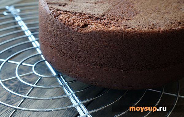 Готовый корж для торта нужно разрезать на 3 части