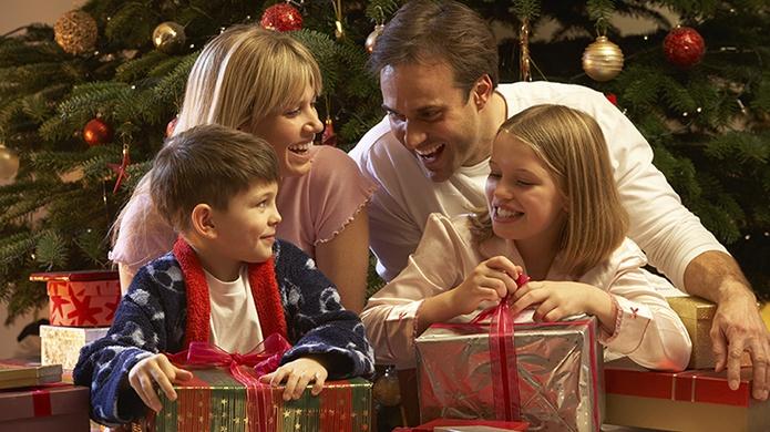 семейные новогодние традиции дарить подарки