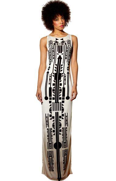 Девушка в белом плать е счерным принтов в африканском стиле