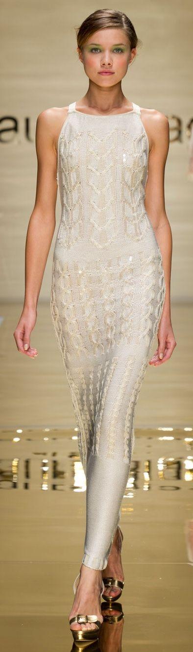 Девушка в белом платье египетского стиля от Лаура Биаджотти