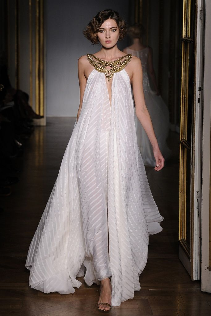 Девушка в белом, расширяющимся к низу платье в египетском стиле