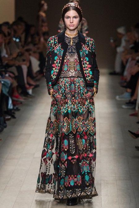 Девушка в национальном, русском платье - показ от Valentino