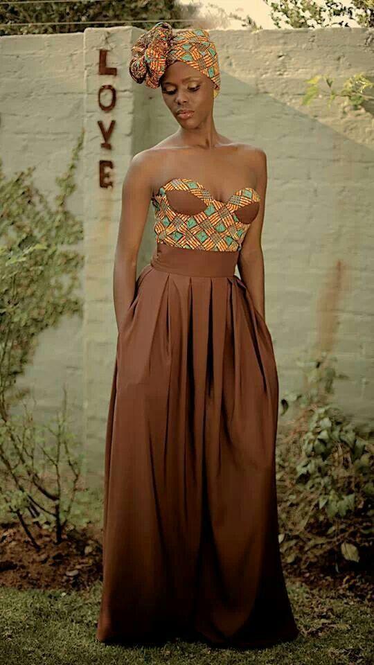 Девушка в потрясающем, струящемся платье в африканском стиле