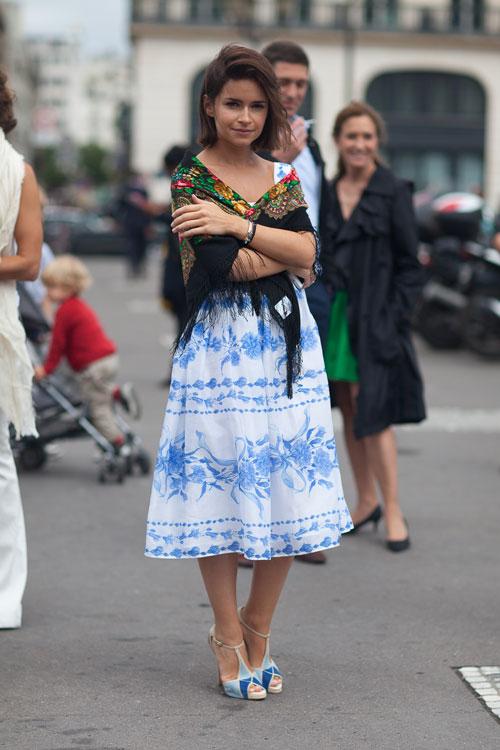 Мирослава Дума в бело-голубос сарафане и шалью на плечах