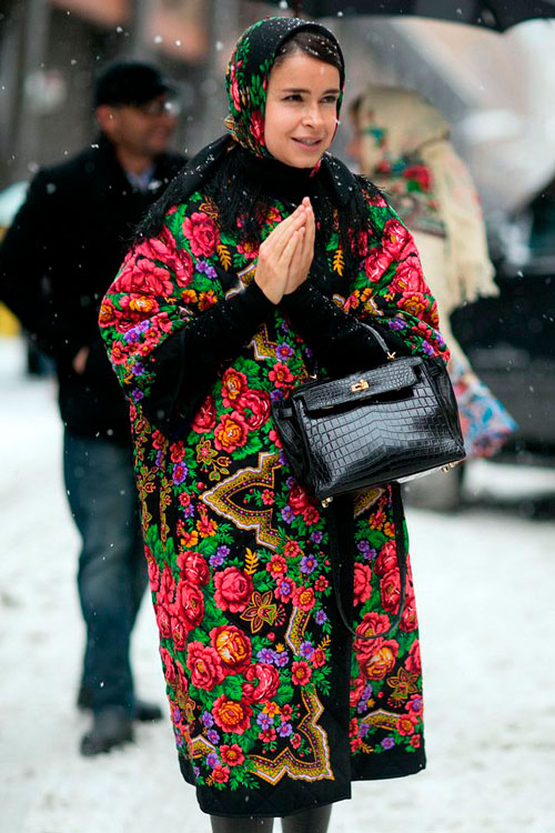 Мирослава Дума в оренбуржском платке и пальто с цветочным принтом в русском стиле