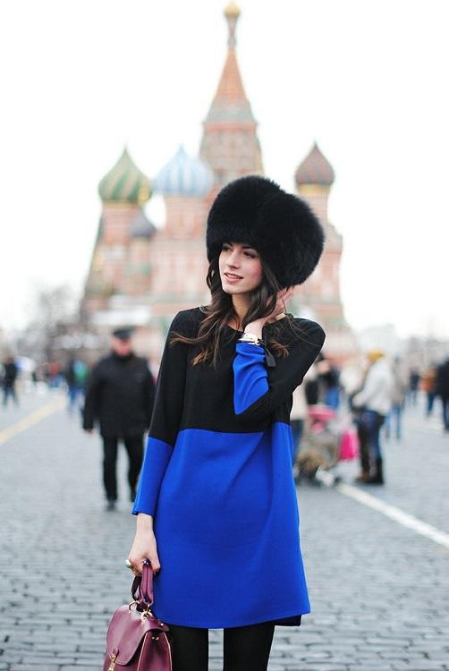 Zina Charkoplia в синем платье и национальной русской шапке возле кремля