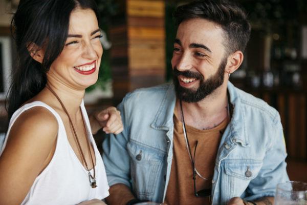 Мужчина и женщина в хорошем настроение