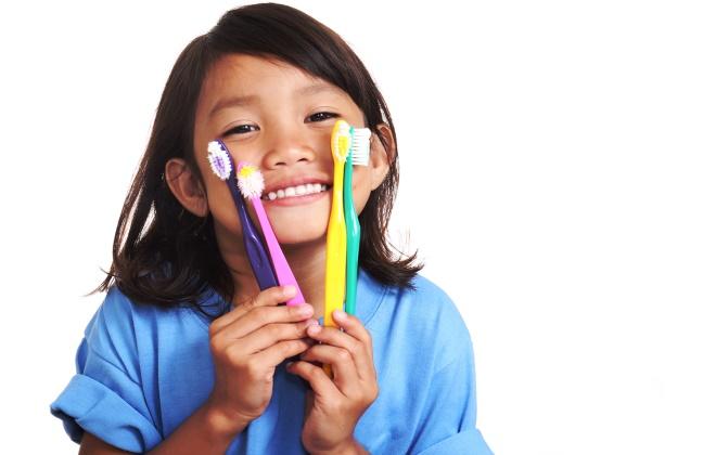 Какие зубные щетки использовать детям?