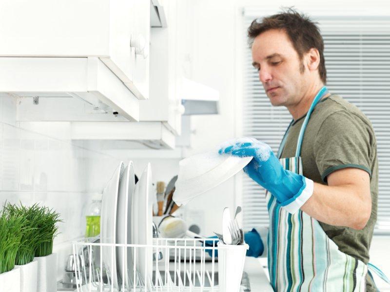 Мужчина работает по дому