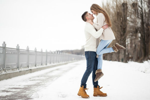Встреча парня и девушки зимой