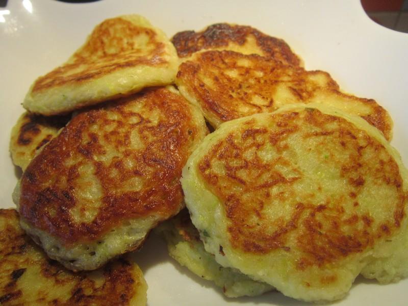 Многие хозяйки предпочитают заменять яйца в оладьях картофельным крохмалом