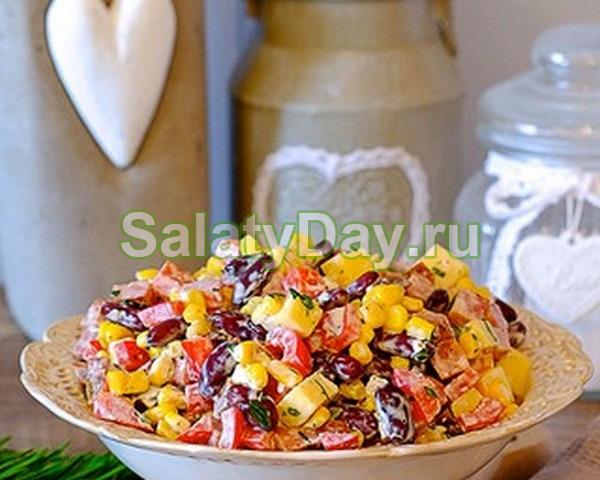 Салат со шпинатом, колбасками, фасолью, яйцами и грибами