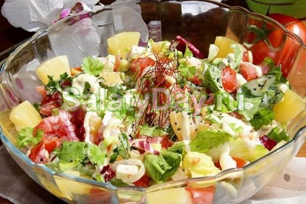 Салат со шпинатом, ананасами и 4 видами сыра