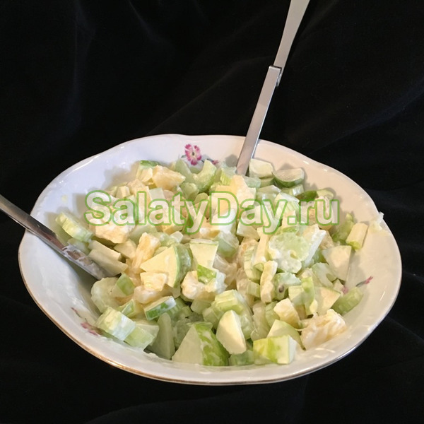 Обычный салат с курицей и сельдереем