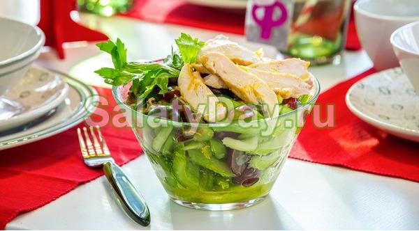 Изысканный салат с куриным филе и виноградом