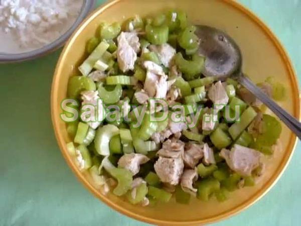 Салат с сельдереем и куриным филе
