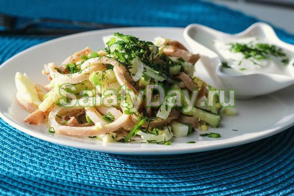 Салат с яблоком и сыром и яйцом и кальмаром