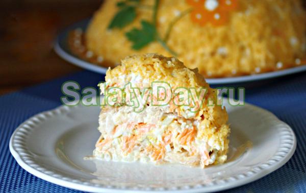 Французский салат с яблоком и сыром и яйцом