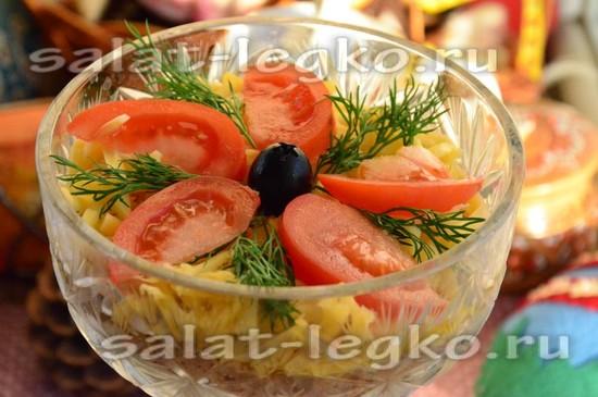 украсить салат томатами, зеленью, оливкой