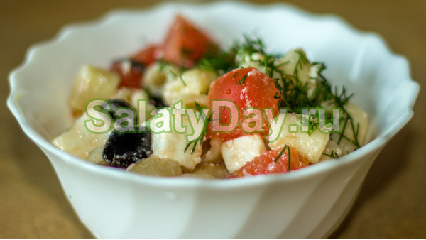 Итальянский салат с макаронами, сыром, ветчиной, зеленью и маслинами