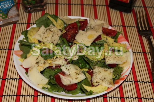 Салат с макаронами, беконом, сыром и рукколой