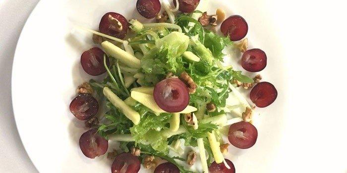 Классический салат Вальдорф с виноградом на тарелке