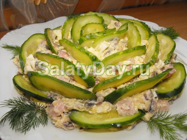 Салат с ветчиной и сыром и огурцами «Изумрудный»