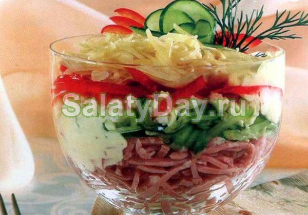 Салат с ветчиной и сыром и огурцами «Коктейль»