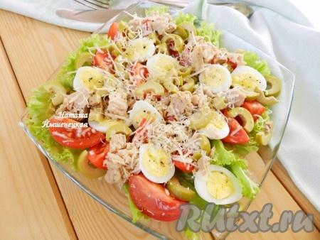 Вкусный и сочный салат с помидорами и тунцом готов.