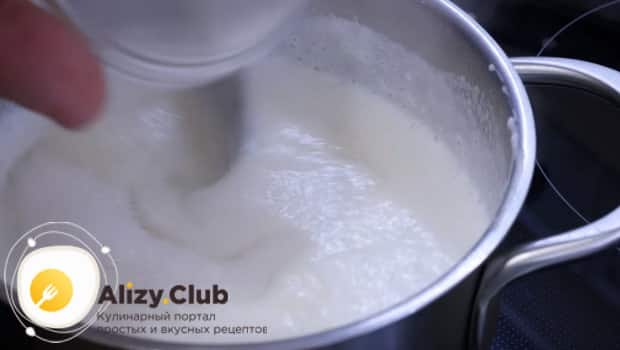 Добавляем сахар и соль по вкусу в манку