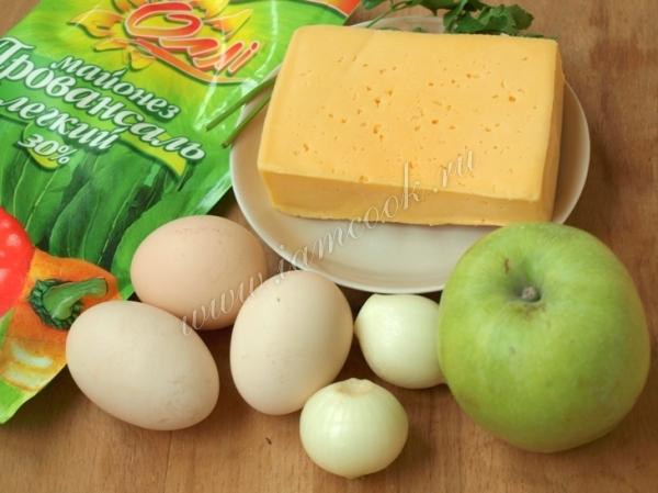 Ингредиенты для сырного салата с яблоком
