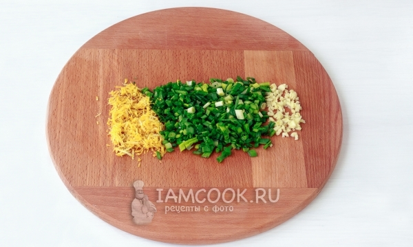 Измельчить цедру лимона, зеленый лук и чеснок