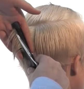 Выделяем прядь волос по центру