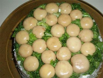 Салат с консервированными шампиньонами и куриным филе