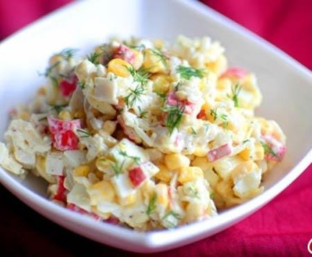 Освежающий крабовый салат с яблоками и капустой