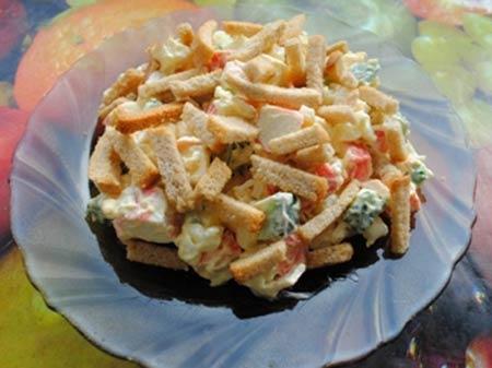 Салат с кириешками, яблоком и крабовыми палочками