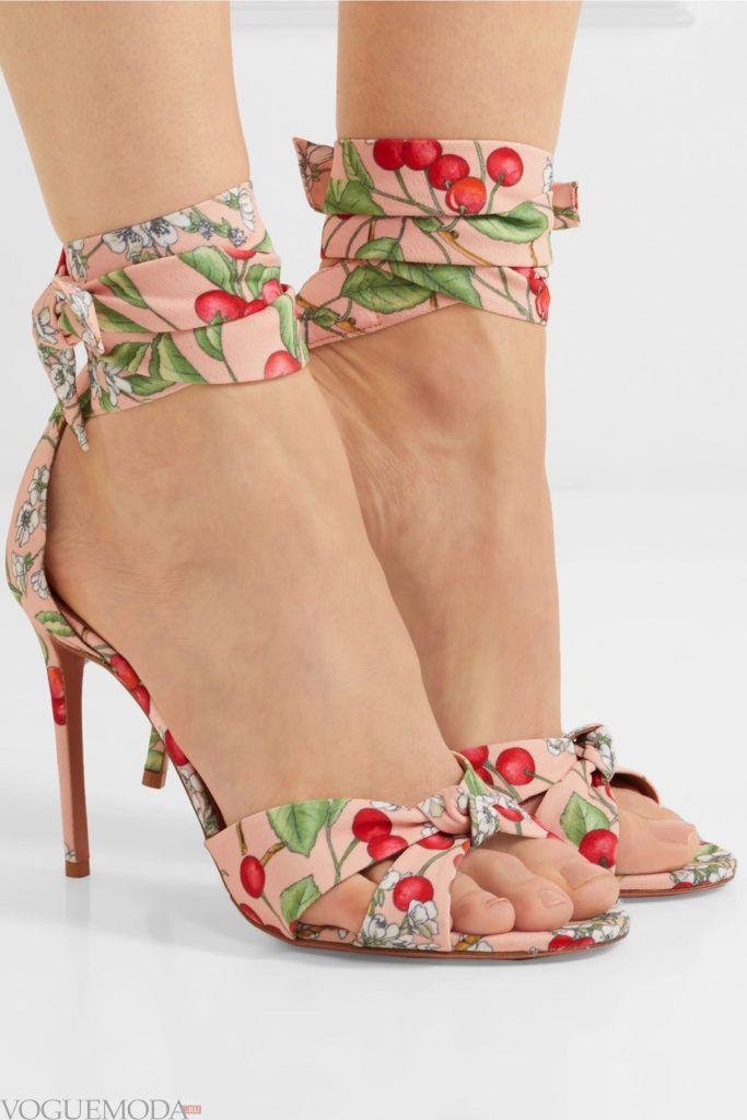 сандалии с принтом на завязках