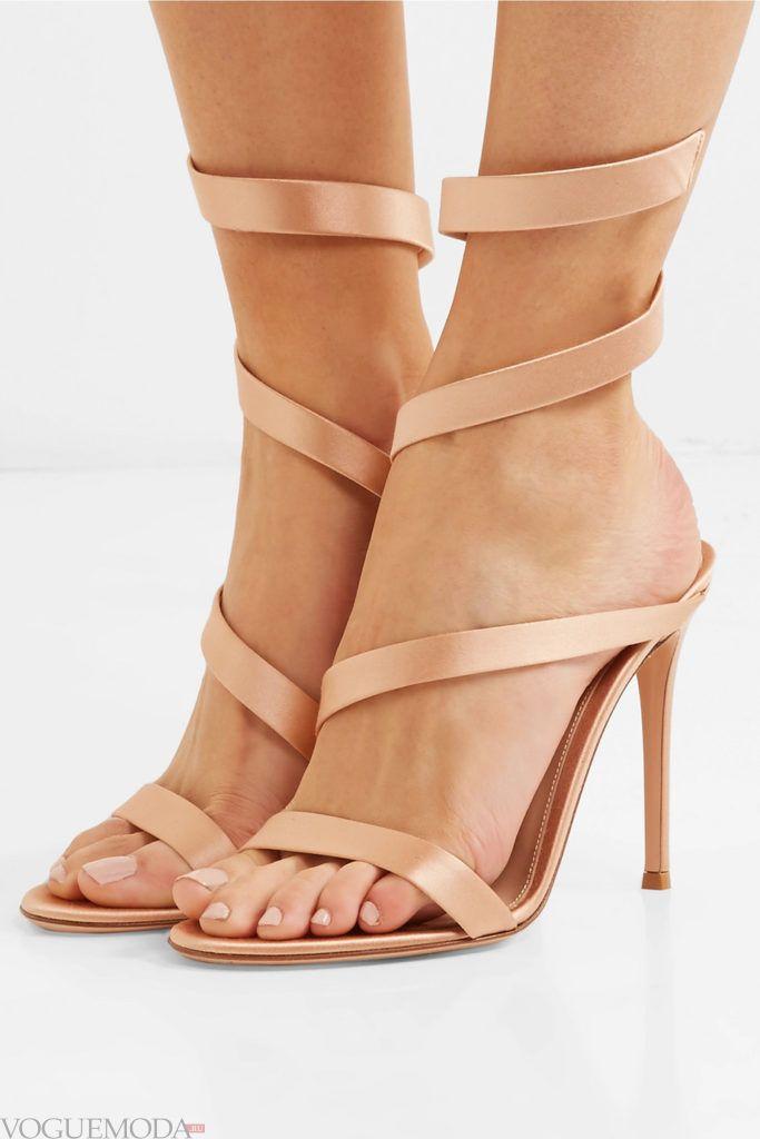 бежевые сандалии на шпильке