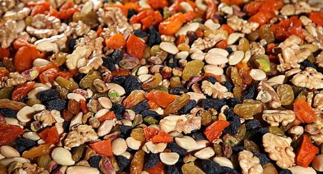 Грецкие орехи и сухофрукты