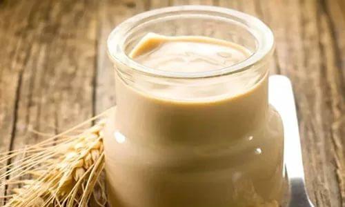Ряженка обладает более мягким вкусом, чем кефир, но ее жирность намного выше. Из-за этого ее можно пить только после наступления ремиссии