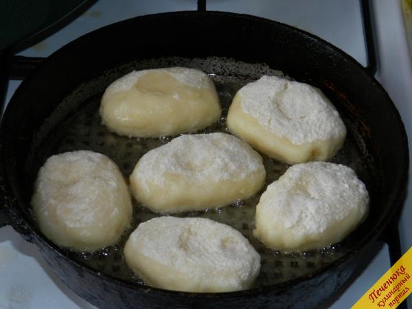 5) Выложить манные биточки на сковороду с раскаленным растительным маслом и обжаривать на среднем огне до золотистого цвета.
