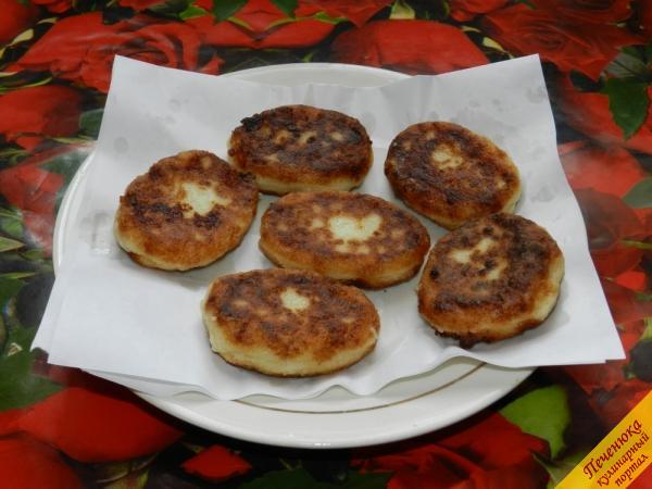 7) Готовые манные биточки выложить на тарелку с бумагой или салфеткой, чтобы удалить лишний жир.