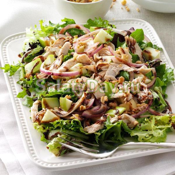 Зеленый салат с яблоком и курицей