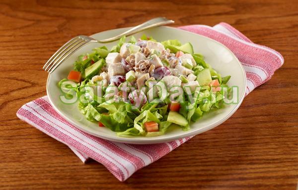 Салат из курицы с яблоками и орехами