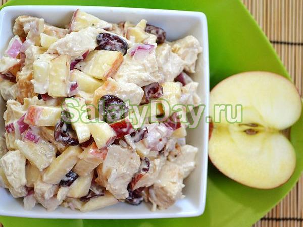 Низкоуглеводный салат с курицей, беконом и яблоком