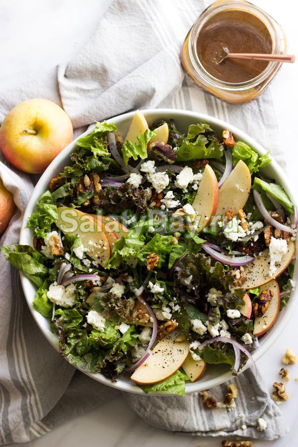 Салат с курицей, беконом, яблоком, орехами и бальзамическим уксусом