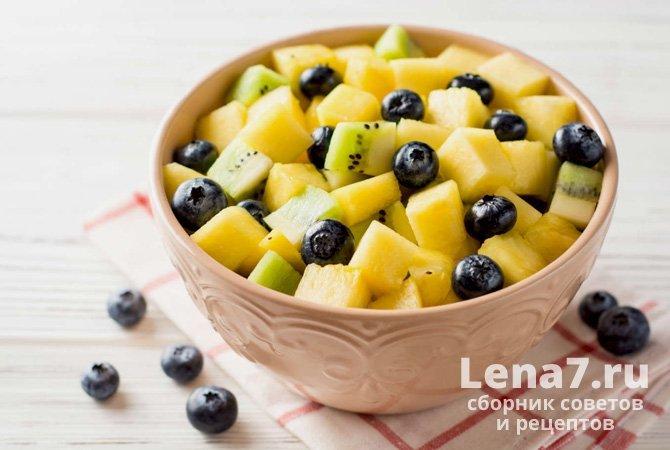 Десертный салат с манго и ананасом