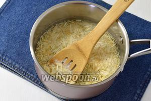 В кастрюле довести небольшое количество воды до кипения. Опустить по очереди овощи в кипящую воду на 4 минуты, а затем вынуть шумовкой и дать стечь воде. Свёклу опускайте в воду последней.