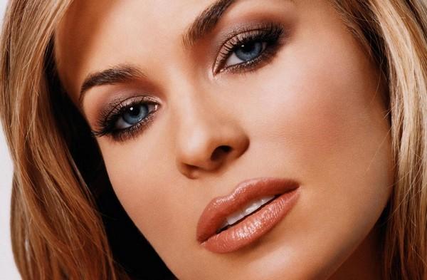 Идеально ровный тон - залог создания успешного макияжа для голубых глаз