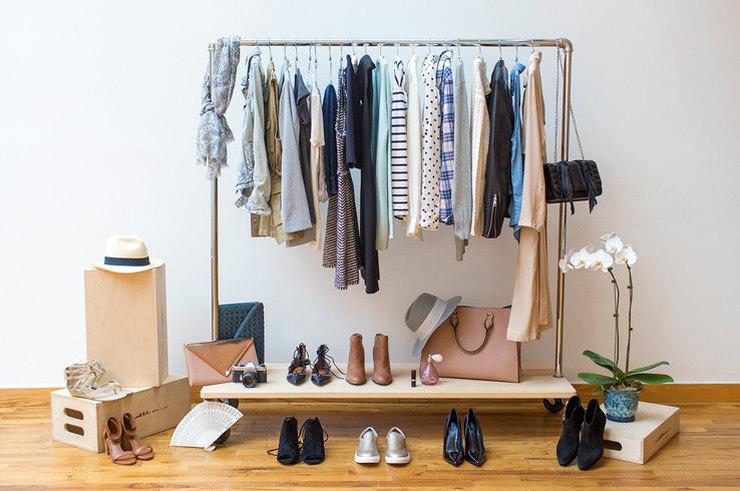 Одежда на вешалках, обувь и сумки